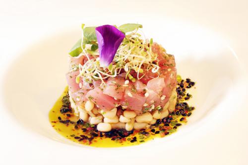 Salada de feijão manteiguinha com óleo de pequi e tartare de atum