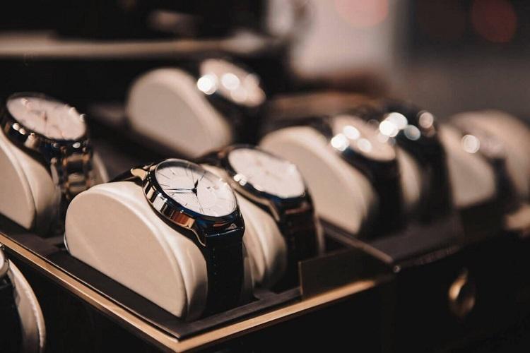 8c2df20e6ec Vida de luxo  Quem passar na vaga terá que testar relógios que custam  dezenas de milhões de reais.