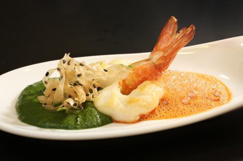 Camarão grelhado com batata baroa defumada e folha de taioba, emulsão de crustáceos com urucum
