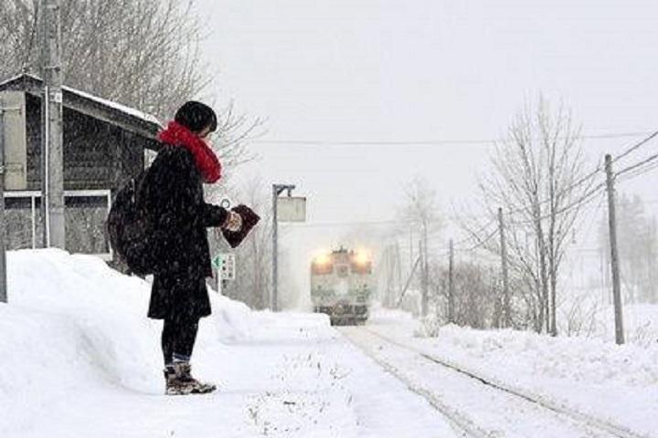 A Estação de Kami-Shirataki, em Hokkaido, Japão, é visitada por um trem duas vezes por dia, uma da manhã e uma a tarde.