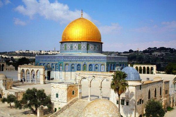 O Monte do Templo, venerado por judeus, cristãos e muçulmanos. A mesquita Al Aqsa é um dos lugares sagrados mais importantes do mundo para os muçulmanos, como acredita-se ser o lugar onde o profeta Maomé ascendeu ao céu.