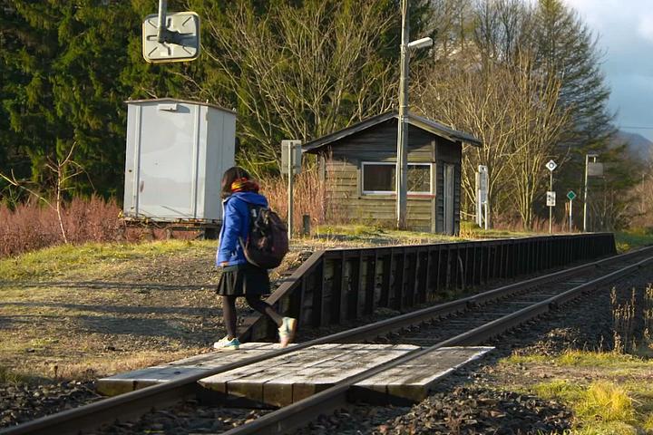 Adolescente, Kana, pega o serviço na estação às 7h04 todos os dias e retorna pontualmente às 17h08