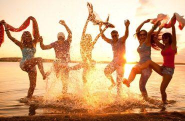 artikelbild_strand_party_gruppe