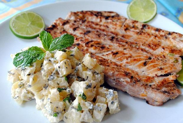 Atum na brasa com salada de batata aromatizada com hortelã - Umas & Ostras