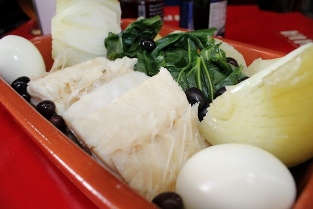 Bacalhau à Transmontana - Posta de bacalhau cozida, couve, azeitonas, cebola e ovos.