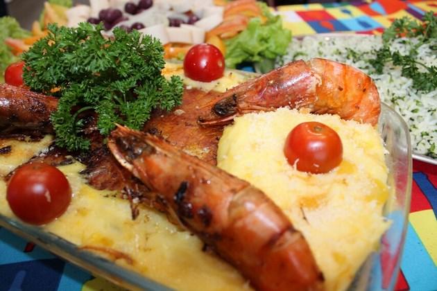 Bacalhau à moda Corujão - Lombo de bacalhau, purê de baroa com catupiry e parmesão, camarão V.G., arroz de brócolis, salada de palmito com alface, cebola e azeitonas.