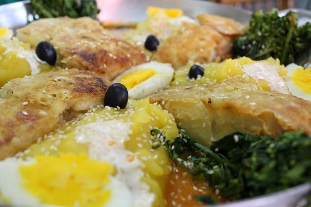 Bacalhau Adonis - Postas de bacalhau grelhado com purê de baroa, brócolis, gergelim e azeitonas.