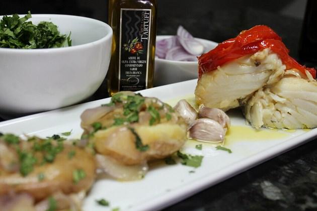 Bacalhau Trufado - Posta de morhua, batatas ao murro, cebolas roxas, salsa e pimentão vermelho finalizado com azeite de trufas brancas.