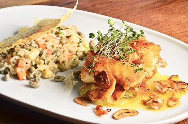 Bacalhau ao forno com cebolas e alho crocante com cremoso baiãi-de-dois_...