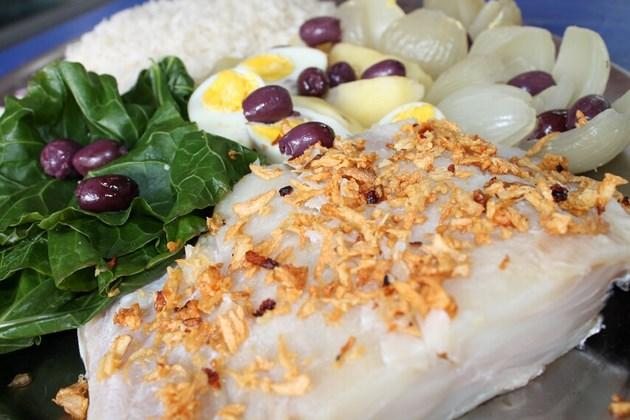 Bacalhau da Adega Cesari - Posta de bacalhau cozido, arroz, couve, ovos, cebola, alho e azeitonas.