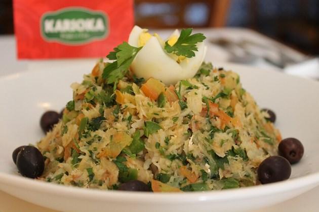 Bacalhau do Antônio - Arroz de bacalhau com azeitonas pretas, ovo cozido e pimentões coloridos.
