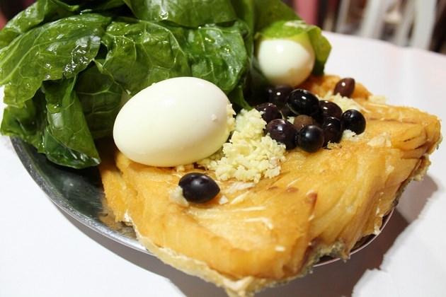 Bacalhau do Mangabeira - Posta de bacalhau frito, alho, azeitonas, ovos, couve e cebola.