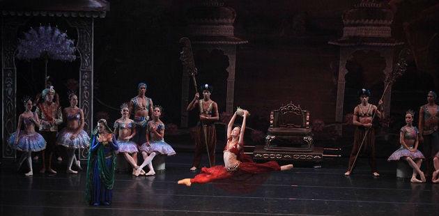 "Ballet ""La Bayadère"" com o Ballet e Orquestra Sinfônica do Theatro Municipal - no centro da foto, a primeira bailarina do TM, Márcia Jaqueline, no papel de Nikiya"