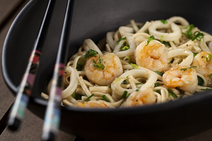 Noodle de lulas e camarões. Foto: Rodrigo Azevedo