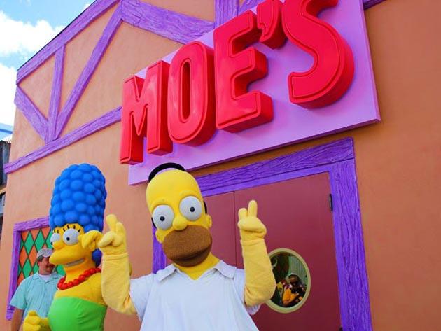 Homer e Marge na frente do Bar do Moe