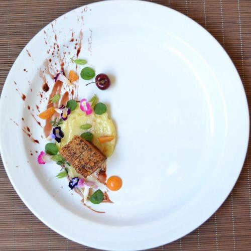 Barriga de porco, batata doce e redução de água de beterraba - Chef Adriano Vilhena