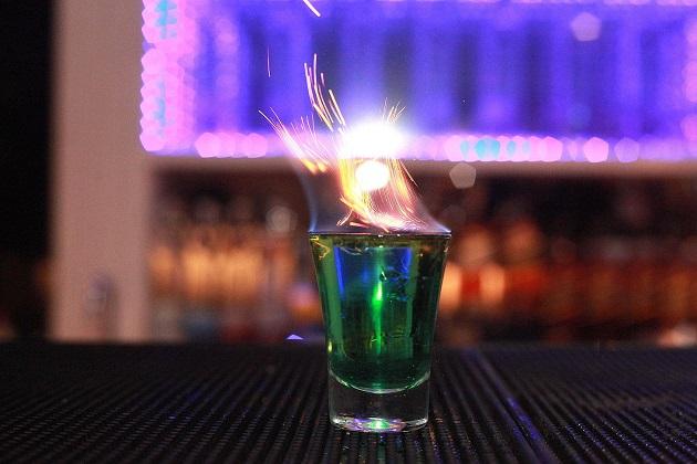 Bla Blá Flames - Absyntho, tequila, licor de menta, canela.