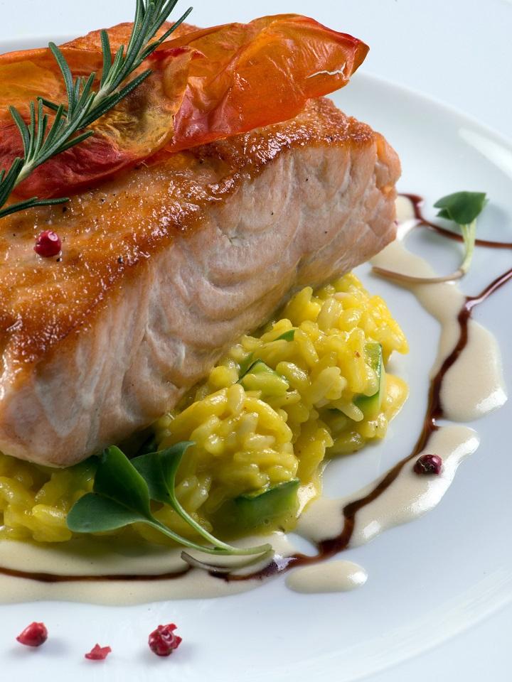Filé de salmão grelhado com alecrim e risoto de abobrinha e açafrãos