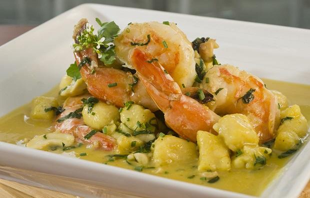 Brasileirinho - Nhoque de milho verde com camarão, espinafre, castanha de caju e molho de tucupi