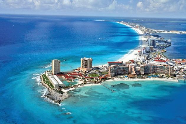 Cancún - Mar azul e areias brancas sob o sol do balneário mexicano
