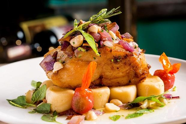 Carmelo Restaurante  - Lombo de bacalhau, molho provençal com macadamia ...