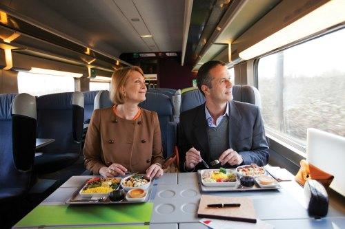 Casal almoça no TGV Lyria, que liga a França à Suíça_Crédito Rail Europe 500