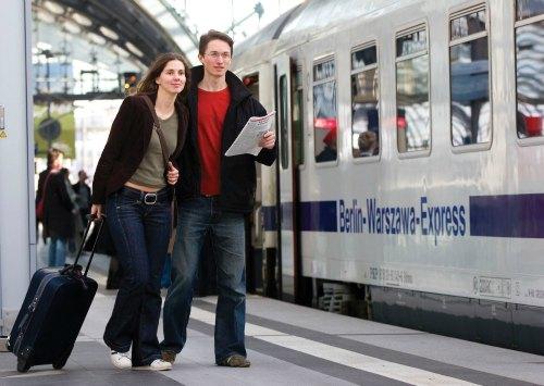 Reisenden auf dem Weg zum Berlin-Warszawa-Express in Berlin Hbf
