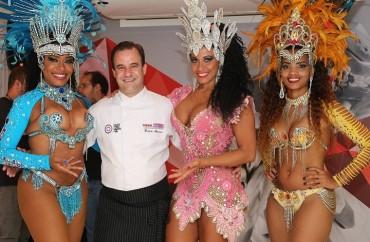 Chef Frédéric Monnier e passistas do Samba Carioca