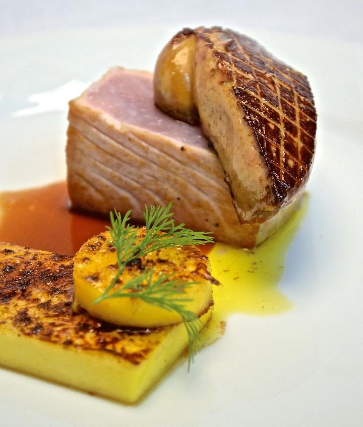 Pavê de atum levemente grelhado com manga, foie gras e redução de vinho Marsala