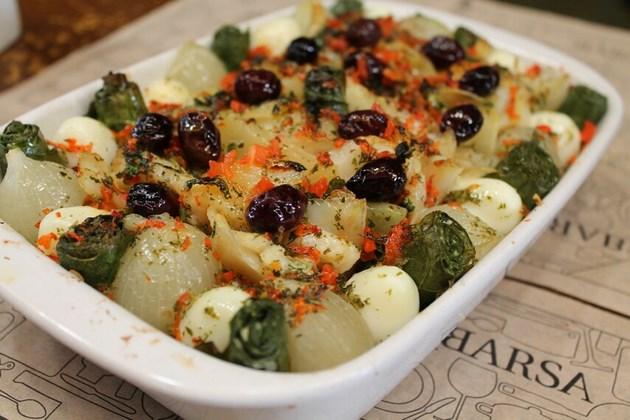 Coroa de Bacalhau - Gratinado de lombo de bacalhau em lascas, lâminas de batata, cebolas portuguesas, ovos de codorna, azeitonas, trouxinhas de couve, e molho de ervas com pimentão vermelho.