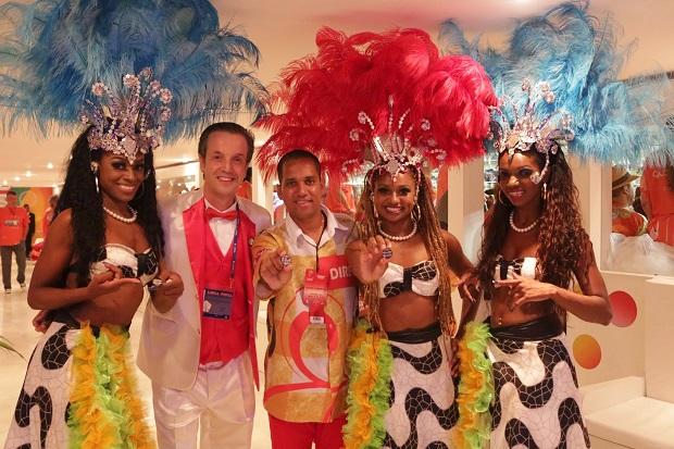 Dançarinas, o diretor da Global, Alexis de Vaulx e o artista Borret.