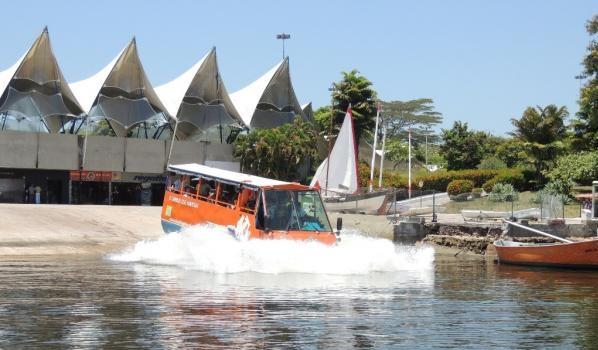 Difícil não estranhar o impacto, logo que o ônibus entra na água é quando o veículo vira barco.