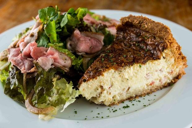 Prato do dia Light - Quiche napolitana sem glúten com salada de rosbife. Foto: Tomas Rangel