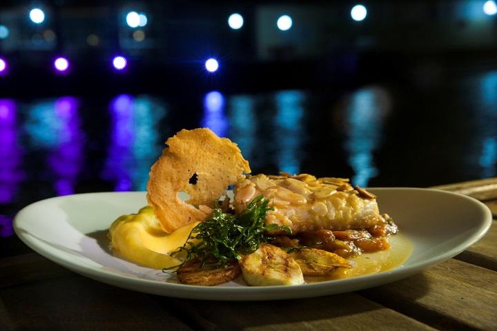 O restaurante Porto Veleiro criou o prato Veleiro (namorado com crosta de amêndoas com purê de baroa e molho de tomates). Foto: Adriana Lorete