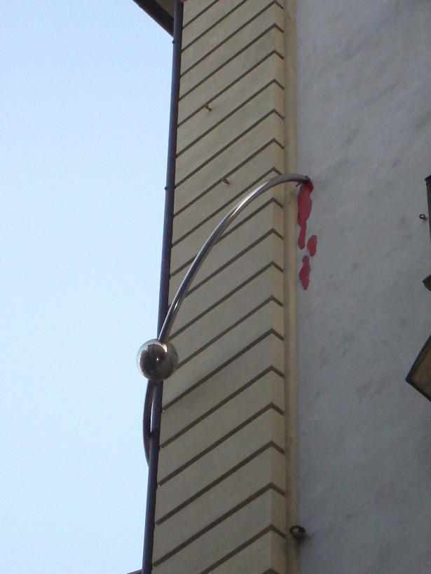 Coisas inusitadas da viagem - Um piercing na parede