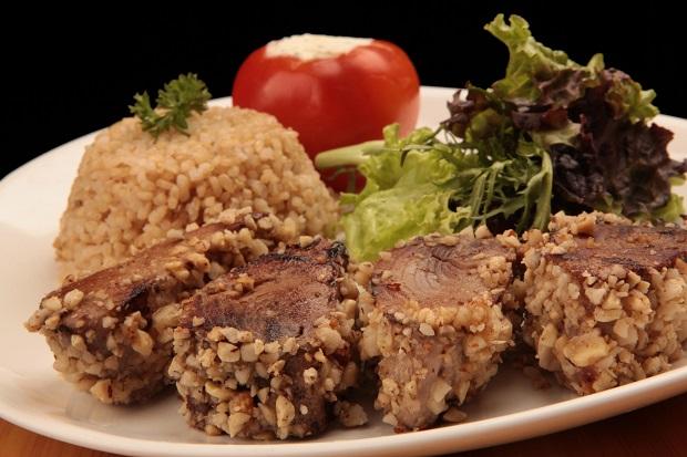 Atum na Crosta de Castanhas, com tomate recheado de ricota com ervas e arroz integral