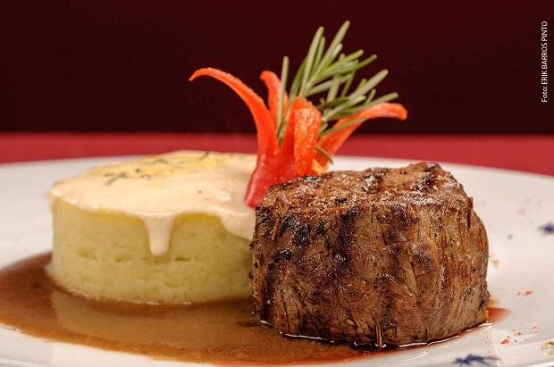 Guy - Lagoa. Filé-mignon grelhado, purê de batata-doce com creme de gorgonzola gratinado e molho rôti.