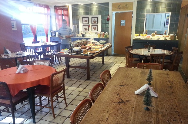 Um saboroso café da manhã, em um espaço aconchegante para um bom bate papo matinal.