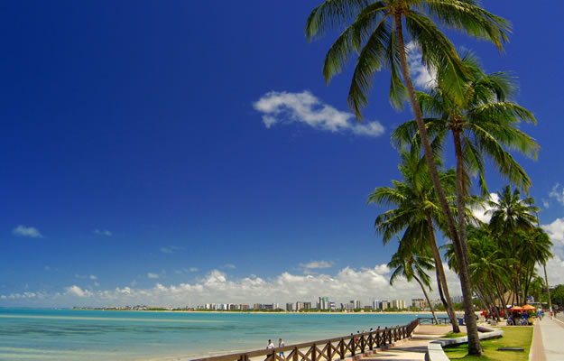Maceió - belas praias ornadas por jardins de coqueirais.