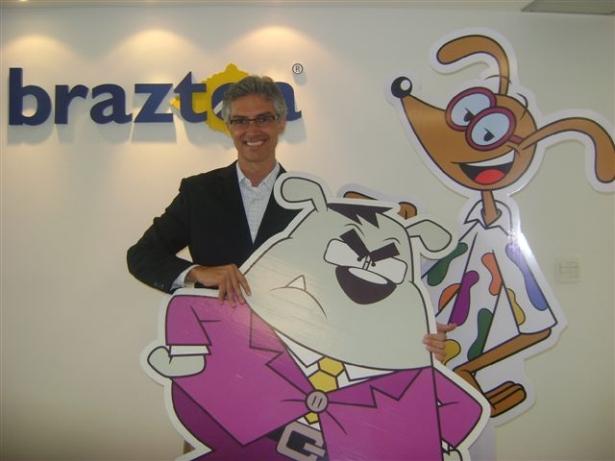 Marco Ferraz, presidente da Braztoa, com os dois personagens utilizados na campanha de comunicação da Turismo Week