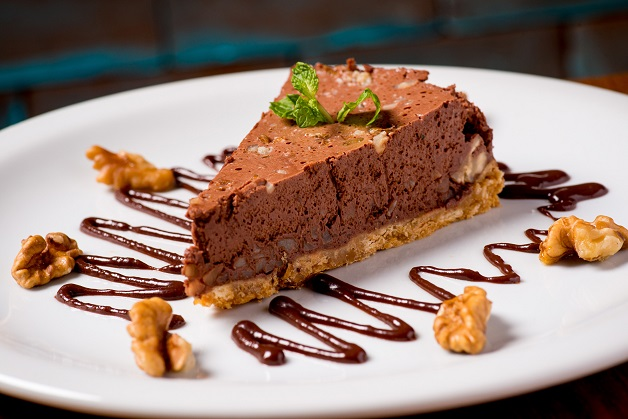 Torta mousse de chocolate com nozes