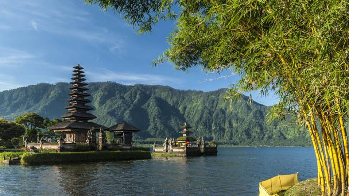O templo hindu Pura Ulu Danu Bratan, no lago Bratan de Bali, na Indonésia