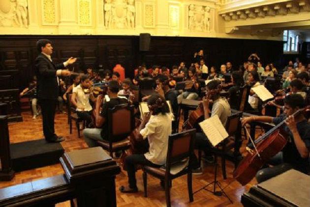 Orquestra Infanto-Juvenil das Comunidades Pacificadas - concerto com regência do Maestro Juliano Dutra