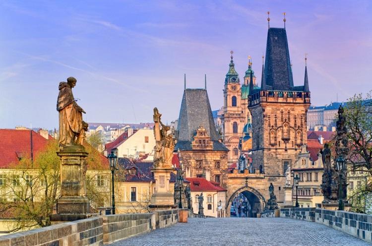 Pelas torres, ruelas medievais e praças de Praga