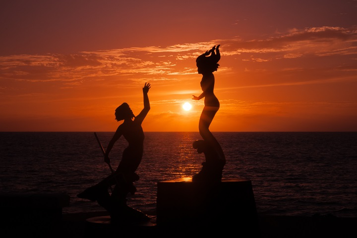 Por do sol em tons de laranja impressiona os viajantes