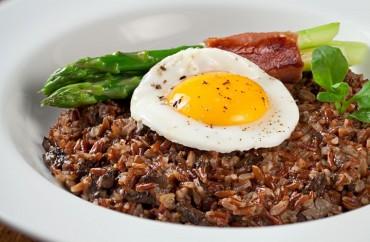 Risoto de arroz vermelho e funghi com ovo estalado, Parma e aspargos. Foto: Rodrigo Azevedo