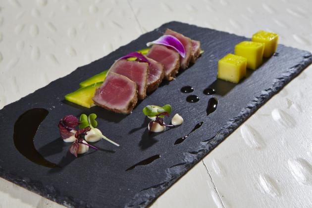 Rent a Chef - Tataki dei atum grelhado em especiarias de caju com um picles de manga, abacate, esmalte de soja, flores comestí