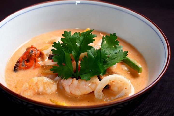 Sawasdee_Caldeirada de frutos do mar ao leite de coco e curry vermelho_crédito Thiago Sodré (2)