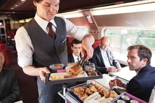 Serviço de bordo na primeira classe do Thalys, trem que percorre França, Bélgica, Alemanha e Holanda_Crédito Rail Europe 500