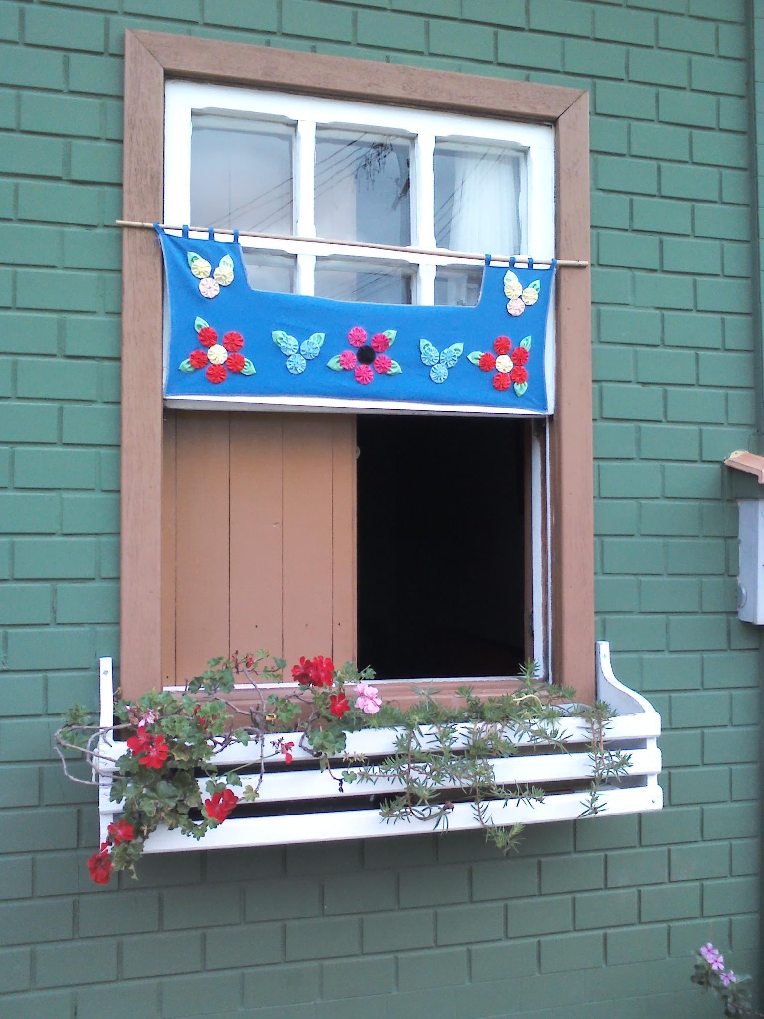 #186DB3 Suzanis repletos de formas coloridas substituem iluminação de natal  194 Janelas De Vidro Natal